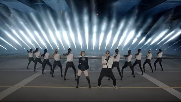 가수 싸이가 2013년에 발표했던 노래 '젠틀맨' 뮤직비디오의 한 장면. 여러 명이 줄을 지어 춤을 추는 모습에서 y=|x| 그래프를 관찰할 수 있다. - officialpsy YOUTUBE 화면 캡쳐 제공